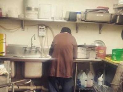 Kafeterya Sahibi Evsiz Adama İş Verdi – 2 Hafta Sonra Mutfakta Bakın Ne Buldu