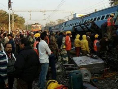 Hindistan'da yolcu treni raydan çıktı: 36 Ölü
