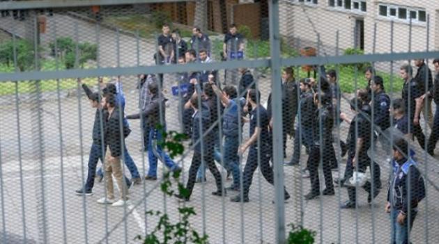 Polis servisine saldırı! 15 kişi yaralı