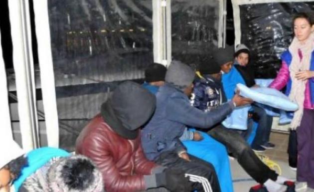 15 Kaçak Umuda Yolculukta Tamamlanmamış Tekneyle Açıldılar