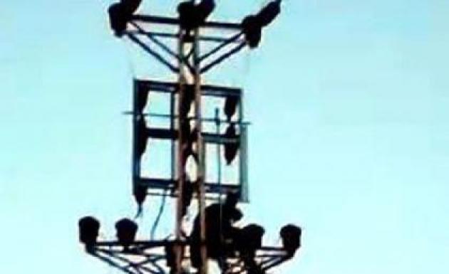 Tezgahına El Konulan Seyyar Satıcı Elektrik Direğine Çıktı