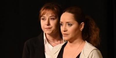 Tiyatro Oyununda Kız Kıza Öpüşme Sahnesi Dikkat Çekti