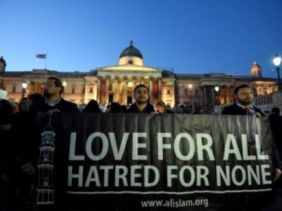 Londra'da Anma Törenine Müslüman Gençler Katıldı