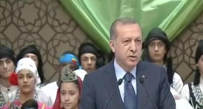 Cumhurbaşkanı Erdoğan 23 Nisan Etkinliğinde Çocuklara Şiir Okudu