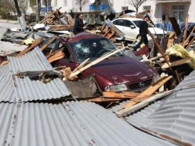 Fırtınada Çatılar Uçtu Zarar Araçlar Zarar Gördü