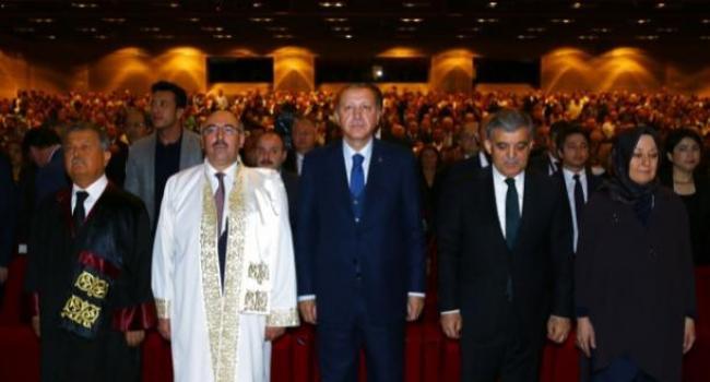 Mezuniyet Töreninde Gül ve Erdoğan Yan Yana Oturdu
