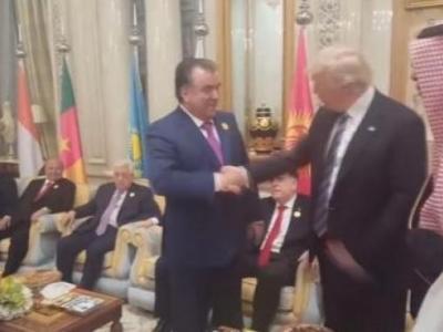 Tacik Lider Kolunu Trump'a Vermedi