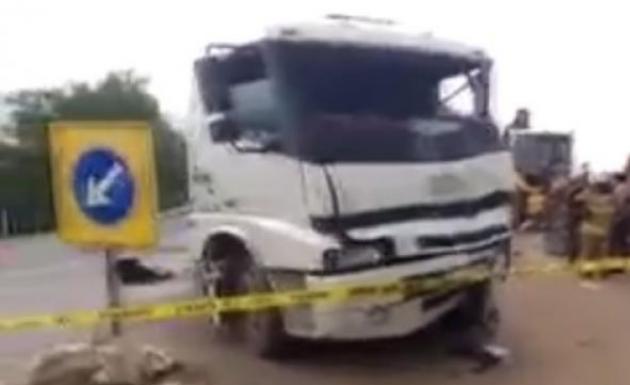 Süt Tankeriyle Kamyon Çarpıştı 1 Ölü 2 Yaralı