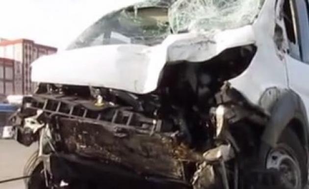Takla Atan Servis Minibüsünde 2 Kişi Yaralandı