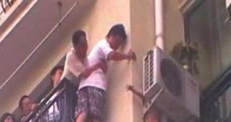8 Kattan Aşağı Düşüp Kurtulan Çinli Çocuk
