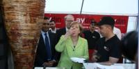 Merkel Türk Dönerini Kendi Kesti Parmaklarıyla Yedi
