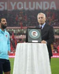 Eskişehir'de Taraftarlar, İzlanda Maçı Öncesi Plaket Alan Arda Turan'ı Islıkladı