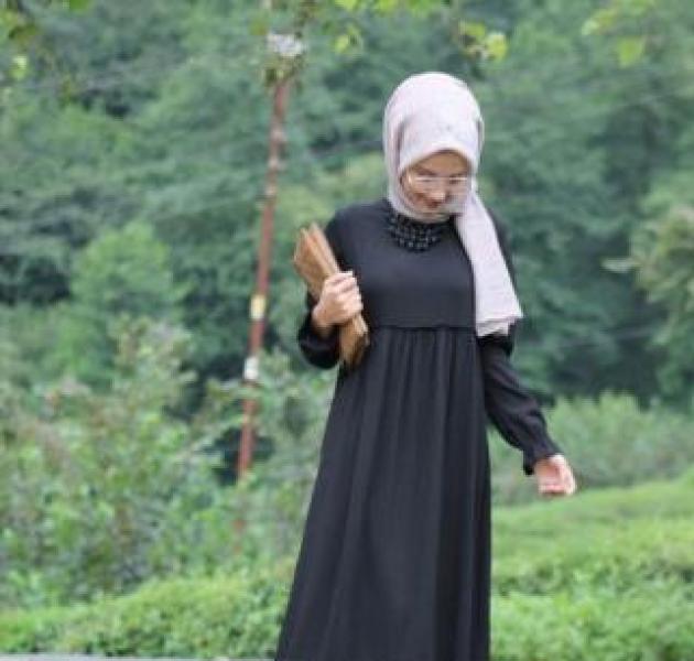 Siyah Elbiseye Hangi Renk Şal Gider?