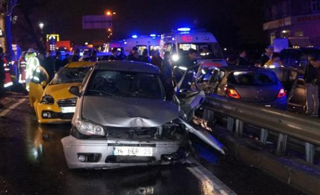 Zincirleme kaza! 4 araç, 8 yaralı