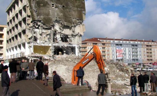 Belediye binası hizmete girmeden yıkıldı!