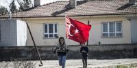 Reyhanlı'da sınır mahallesi bayraklarla donatıldı